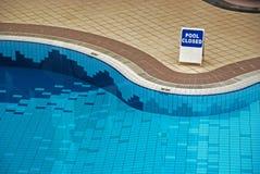 Zwembad binnen het hotel stock afbeeldingen