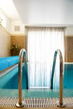 Zwembad in binnen het huis Stock Afbeelding