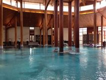 Zwembad binnen met houten pijlers Stock Foto