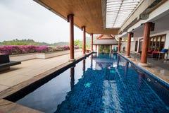 Zwembad binnen Thais stijlhuis Royalty-vrije Stock Fotografie