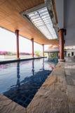 Zwembad binnen Thais stijlhuis Stock Afbeeldingen