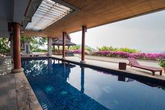Zwembad binnen Thais stijlhuis Stock Fotografie