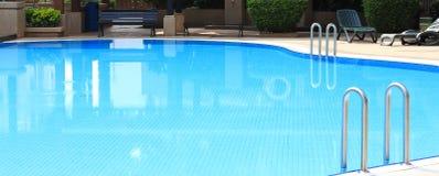 Zwembad in clubhuis Stock Afbeeldingen