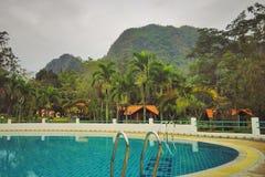 Zwembad dat door bergen wordt omringd royalty-vrije stock foto's