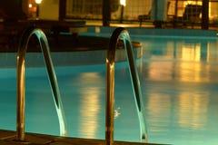 Zwembad in de avond royalty-vrije stock afbeeldingen