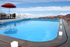 Zwembad in de berg Stock Foto's