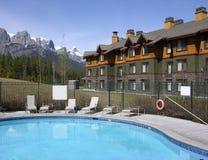 Zwembad in de bergen stock fotografie