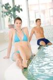 Zwembad - de mooie vrouw ontspant in bikini Stock Afbeelding