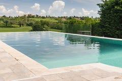 Zwembad in de Vallei van Toscanië Stock Foto