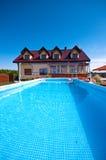 Zwembad in de yard Royalty-vrije Stock Foto's