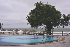 Zwembad dicht bij oceaan in Phu Quoc, Vietnam stock afbeeldingen