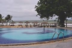 Zwembad dicht bij oceaan in Phu Quoc, Vietnam stock foto