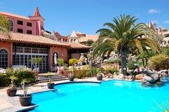 Zwembad dichtbij restaurant bij luxehotel Stock Afbeeldingen