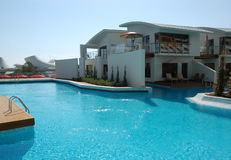 Zwembad dichtbij VIP villa's Stock Foto
