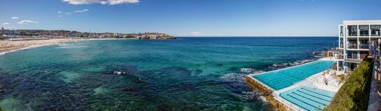 Zwembad die Bondi-strand in Sydney, NSW, Australië overzien stock fotografie