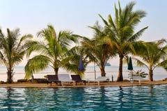 Zwembad door het overzees in Thailand Stock Foto