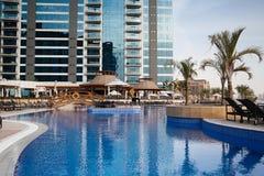 Zwembad in Doubai Stock Afbeeldingen