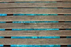Zwembad, een houten brug Stock Afbeeldingen