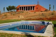 Zwembad in een Spaans landelijk hotel. stock afbeelding