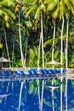 Zwembad in een tropisch hotel Stock Afbeeldingen