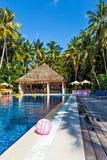 Zwembad in een tropisch hotel Stock Fotografie