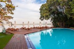 Zwembad in een tropisch hotel Stock Afbeelding
