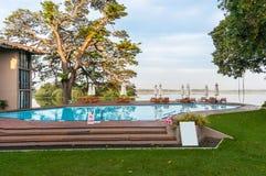 Zwembad in een tropisch hotel Stock Foto's