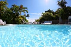 Zwembad in een woontoevlucht op een hete zonnige dag Stock Afbeeldingen