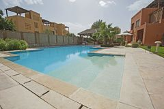 Zwembad en buitenkant van een villa van de luxe tropische vakantie Royalty-vrije Stock Foto's