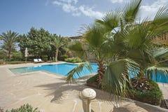 Zwembad en buitenkant van een villa van de luxe tropische vakantie Stock Foto's