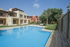Zwembad en buitenkant van een villa van de luxe tropische vakantie Royalty-vrije Stock Foto