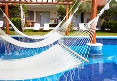 Zwembad en hangmat stock fotografie