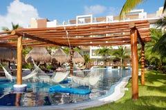Zwembad en hangmat royalty-vrije stock fotografie