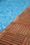 Zwembad en houten vloer Royalty-vrije Stock Fotografie
