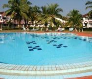 Zwembad en huizen Stock Foto