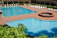 Zwembad en ligstoelen royalty-vrije stock afbeeldingen