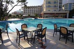 Zwembad en openluchtrestaurant bij het hotel stock afbeelding