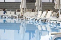 Zwembad en sunbeds Stock Fotografie