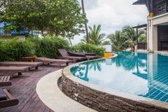 Zwembad en sunbeds in de tuin Royalty-vrije Stock Foto