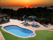Zwembad en zonsondergang Royalty-vrije Stock Afbeelding