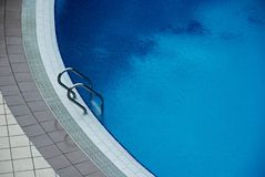 Zwembad in het hotel Royalty-vrije Stock Fotografie