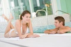 Zwembad - het jonge gelukkige paar ontspant Royalty-vrije Stock Foto's