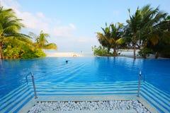 Zwembad in het strand van de Maldiven Stock Fotografie