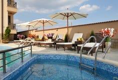 Zwembad in hotelyard Royalty-vrije Stock Fotografie