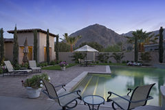 Zwembad langs Modern Huis Stock Afbeeldingen