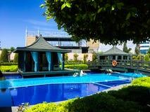Zwembad in luxe tropisch hotel stock fotografie