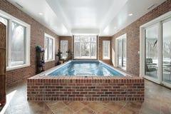 Zwembad in luxehuis royalty-vrije stock afbeelding