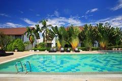 Zwembad in luxetoevlucht stock fotografie