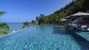 Zwembad in luxetoevlucht met overzeese mening stock afbeeldingen