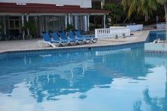 Zwembad met blauw water in hotel in tropisch royalty-vrije stock foto